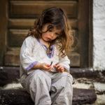petite fille devant une porte ©Terraphoto portrait enfant